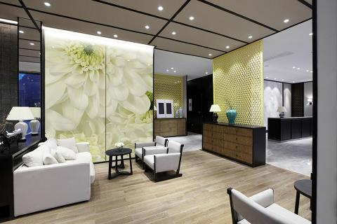 Feature wall in ViviSpectra Zoom glass with Flower Field interlayer