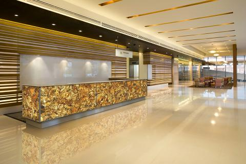Backlit reception desk in ViviSpectra Zoom glass with Gold Leaf interlayer