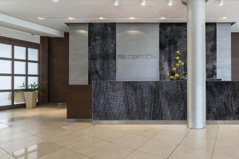 Reception desk in ViviSpectra Zoom glass with Mesh I interlayer; also shown, wall panels in ViviSpectra Zoom glass with Mesh I interlayer