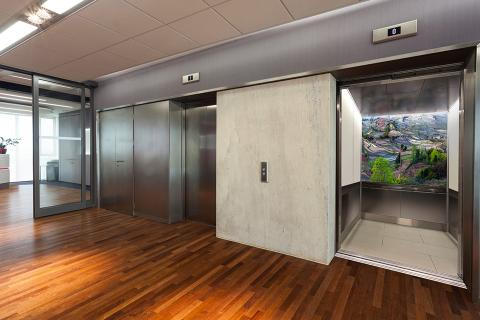 Elevator interior with panels in ViviSpectra Zoom glass with Rice Field interlayer