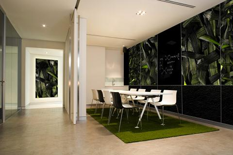 Wall panels in ViviSpectra Zoom glass with Woven Grass interlayer; ViviChrome Scribe glass with Blackboard color interlayer; Bonded Quartz, Charcoal with Crinkle pattern