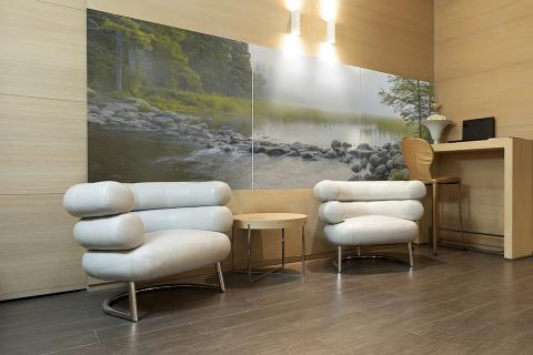 Feature wall in ViviSpectra Zoom glass with Headwaters interlayer