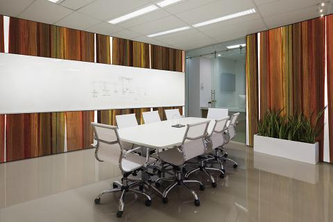 Wall panels in ViviSpectra Zoom glass with Sunset Flax interlayer; ViviChrome Scribe glass with Ultra White interlayer
